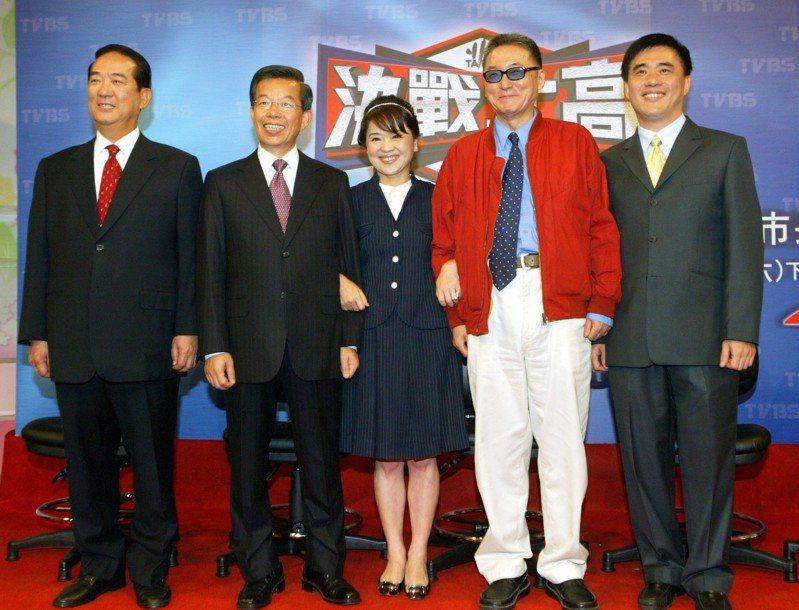 2006年台北市長選舉民辦電視辯論會有5人參加,其中李敖(右二)、周玉蔻(右三)...