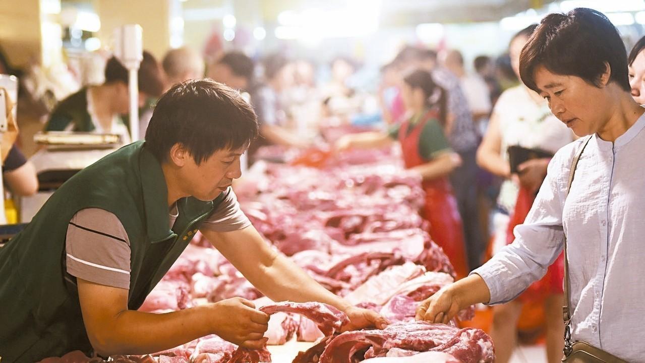 中美貿易戰及豬瘟事件讓豬肉價格大漲。圖為江蘇民眾在菜市場購買豬肉。 新華社