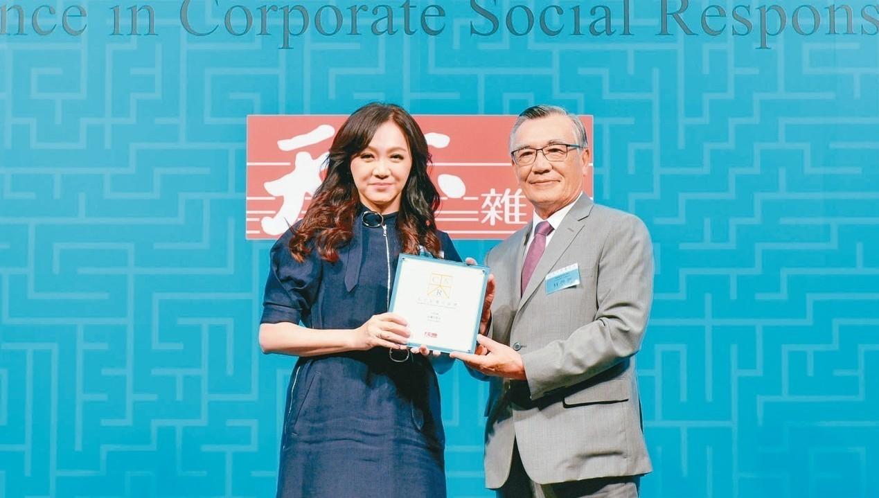 台灣大獲得「天下企業公民獎」,是電信業唯一獲獎,台灣大哥大副總劉麗惠(左)從天下...