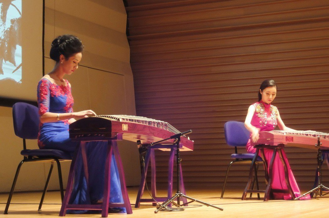 浙江歌舞劇院首席演奏家謝濤(左)、古箏演奏家千茜(右)在台北演出。 業者/提供