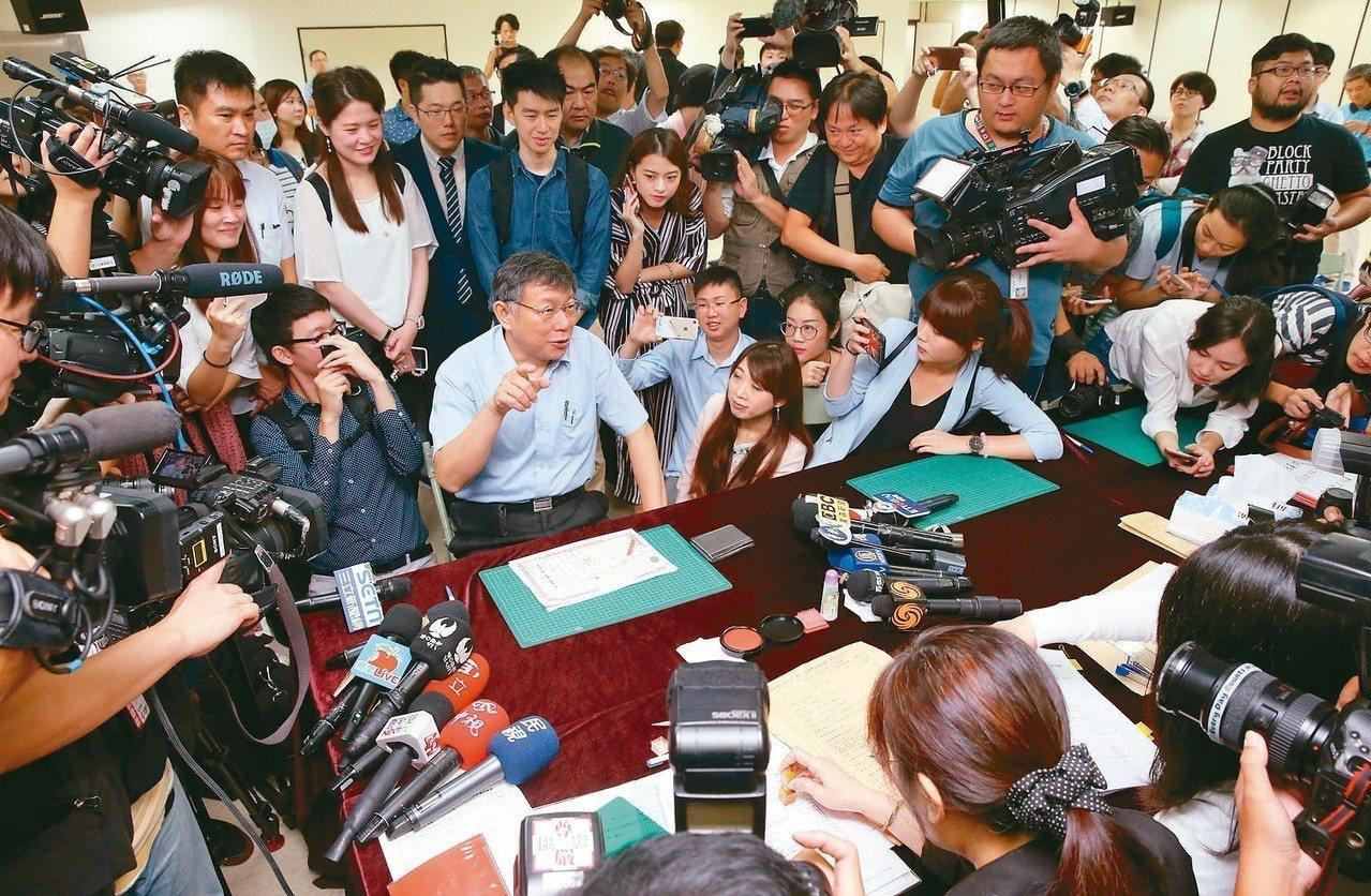柯文哲被媒體團團包圍,等待空檔他索性算一下有幾台攝影機。 記者林俊良/攝影