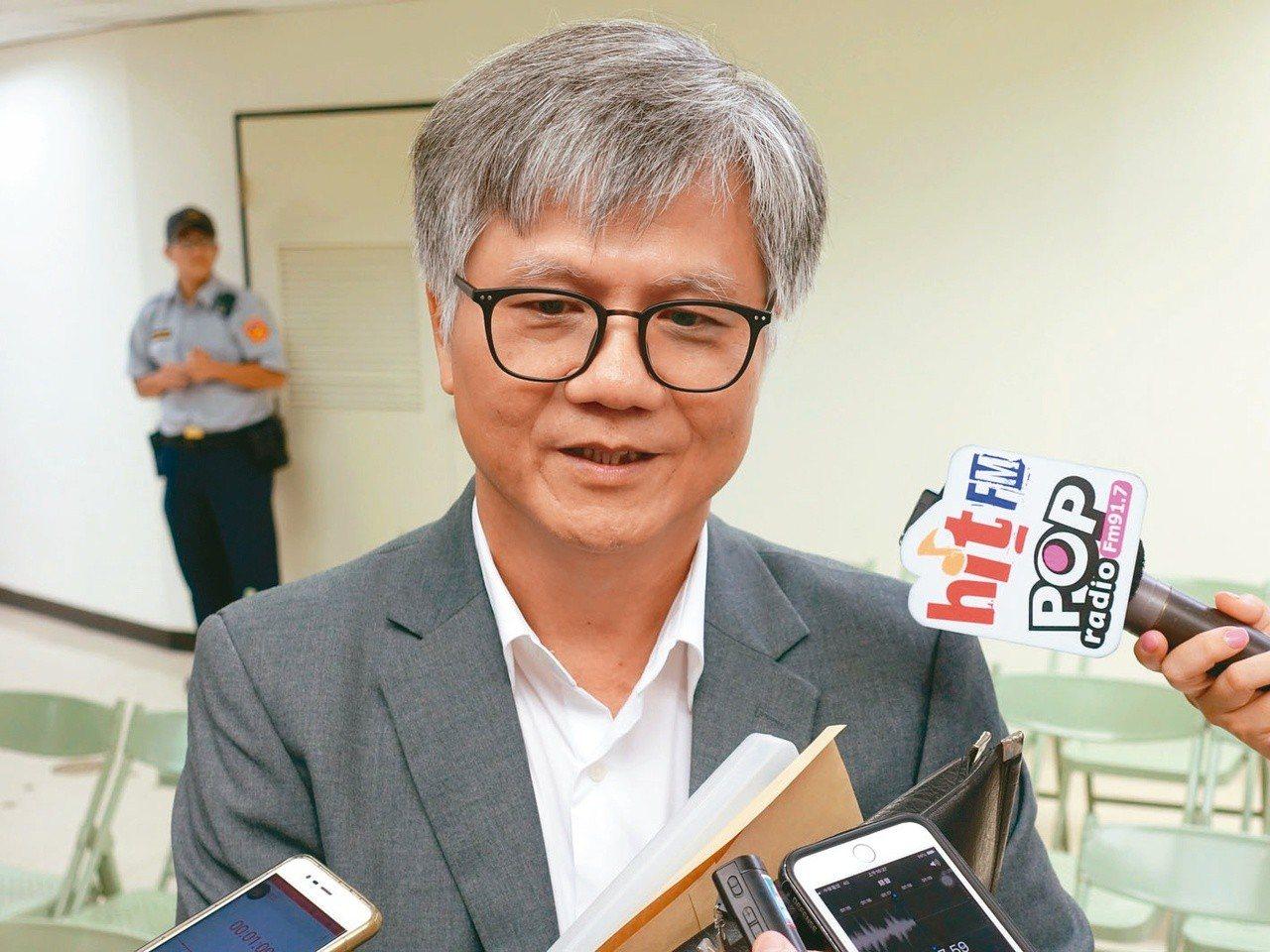 台北市長選戰如今出現「神祕第五人」,也就是兆豐保險花蓮分公司經理吳蕚洋,今一早也...