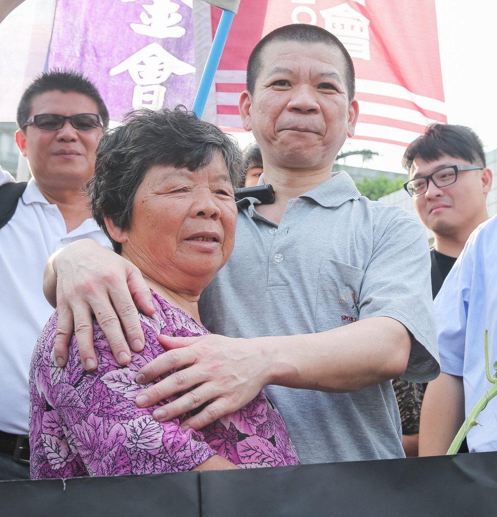鄭性澤(右)被控殺警案無罪定讞後,他針對冤獄聲請補償新台幣2161萬元,今天台中...