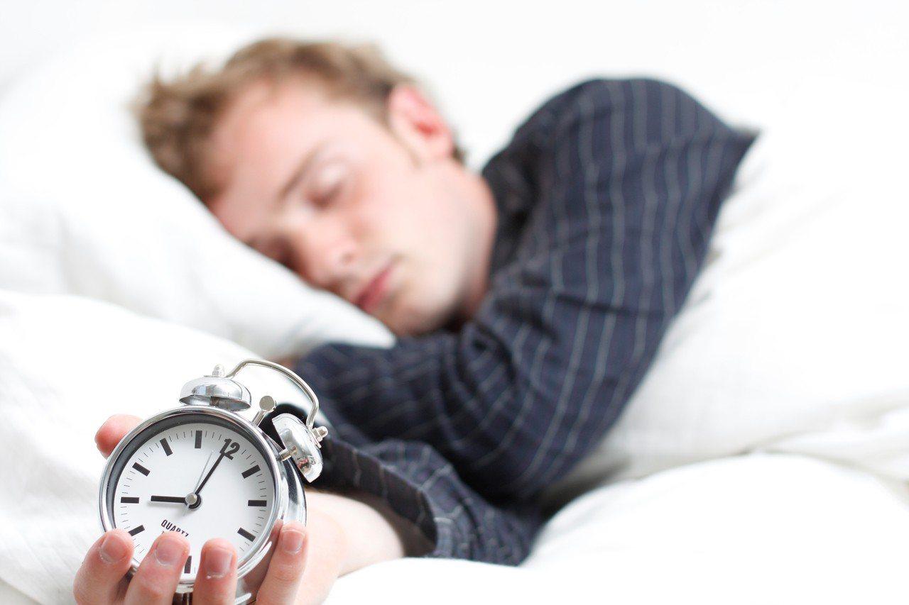 示意圖。導致嗜睡狀態的發生原因相當多而複雜,精神科醫師楊聰財表示,包括長期壓力累...