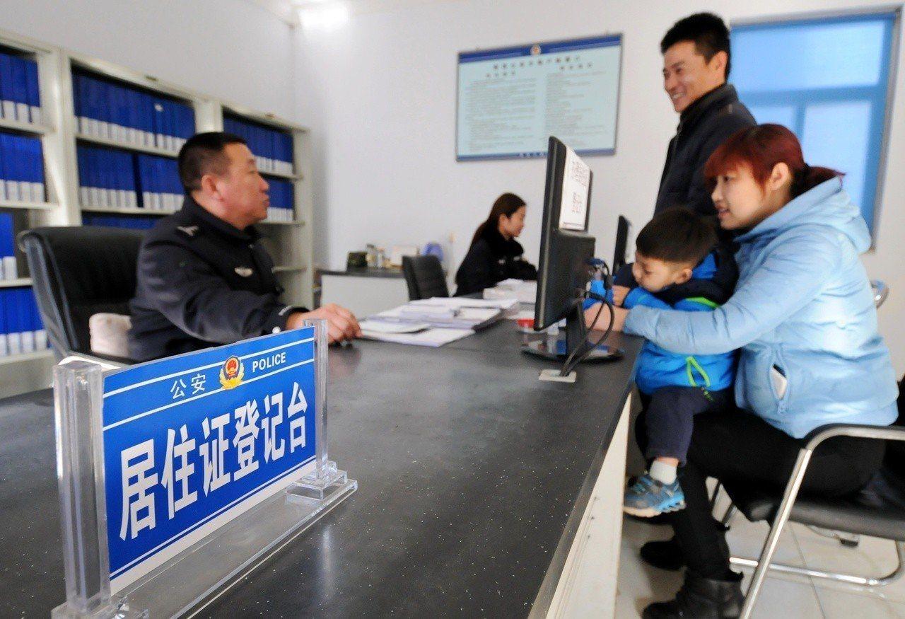 中國公安部日前公布,9月1日起開放台灣民眾申辦大陸居住證。據了解,這項政策還無法...