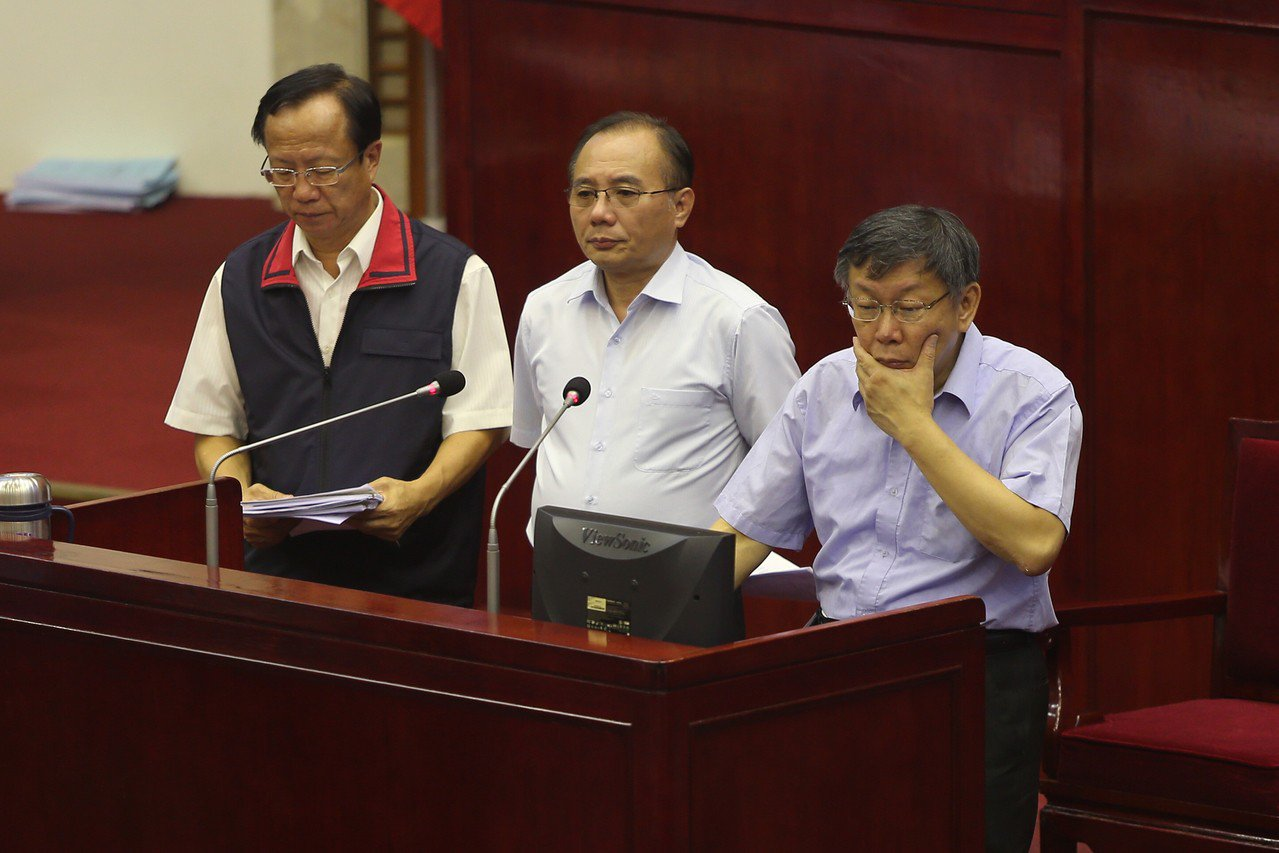 台北市議會30日下午進行市政總質詢,有市議員針對洛德城堡公館運動中心夏季水樂園的...