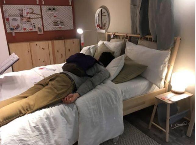 英國這間IKEA開放給受困在車陣中的民眾休息。圖擷自Twitter