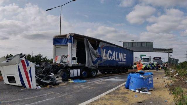 高速公路上發生嚴重車禍,路段必須關閉15小時。圖擷自鏡報