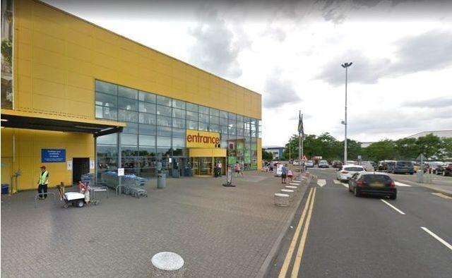 路旁的這間IKEA變成臨時休息站。圖擷自鏡報