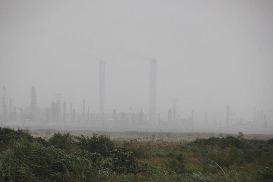 從大城鄉台西村望向雲林縣,六輕的一排煙囟目視可見。 記者林宛諭/攝影
