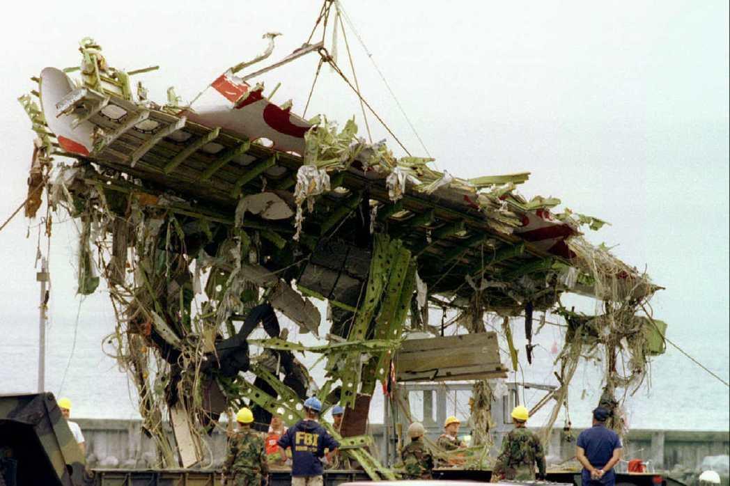 圖為1996年8月環球航空800號班機空難的殘骸部分被撈起。 圖/路透社