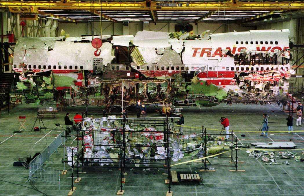 環球航空800號班機空難殘骸重組中,攝於1997年11月。 圖/路透社