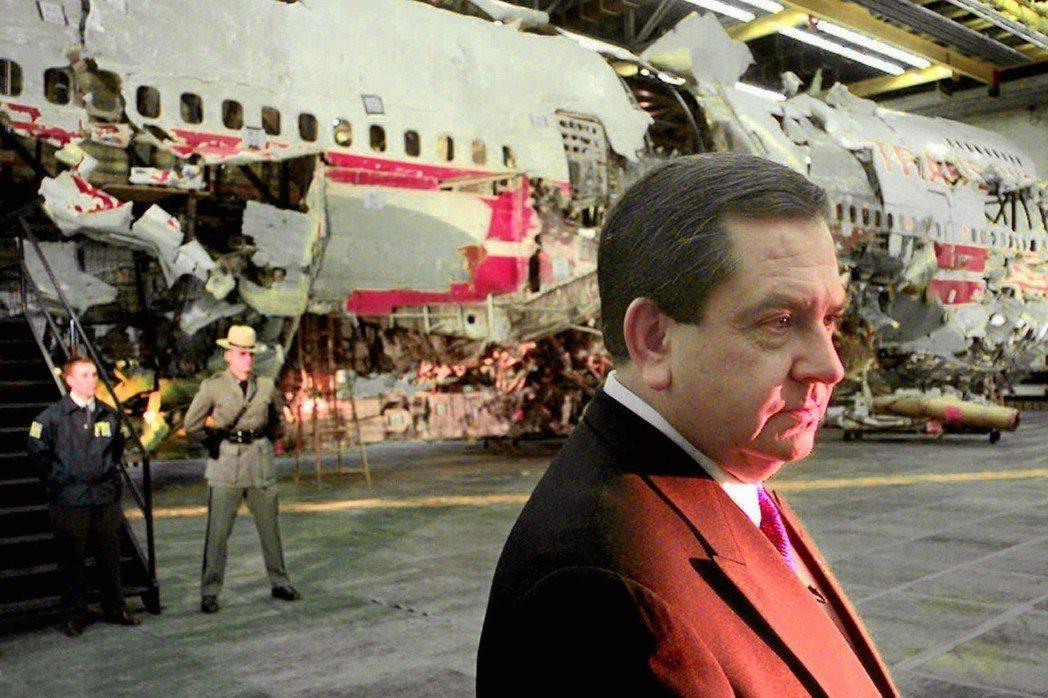圖為FBI官員James Kallstrom,後方為800號班機空難的飛機殘骸,...