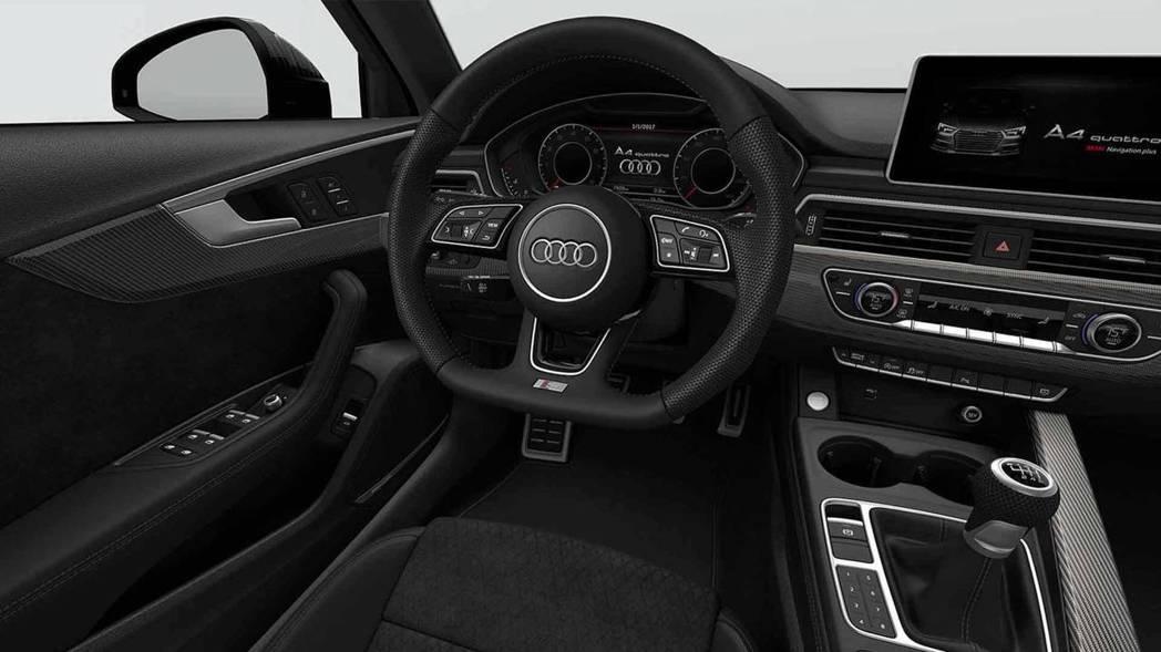 標配SLine跑車方向盤、鋁合金踏板、重點是那支6速手排的排檔桿。 摘自Audi