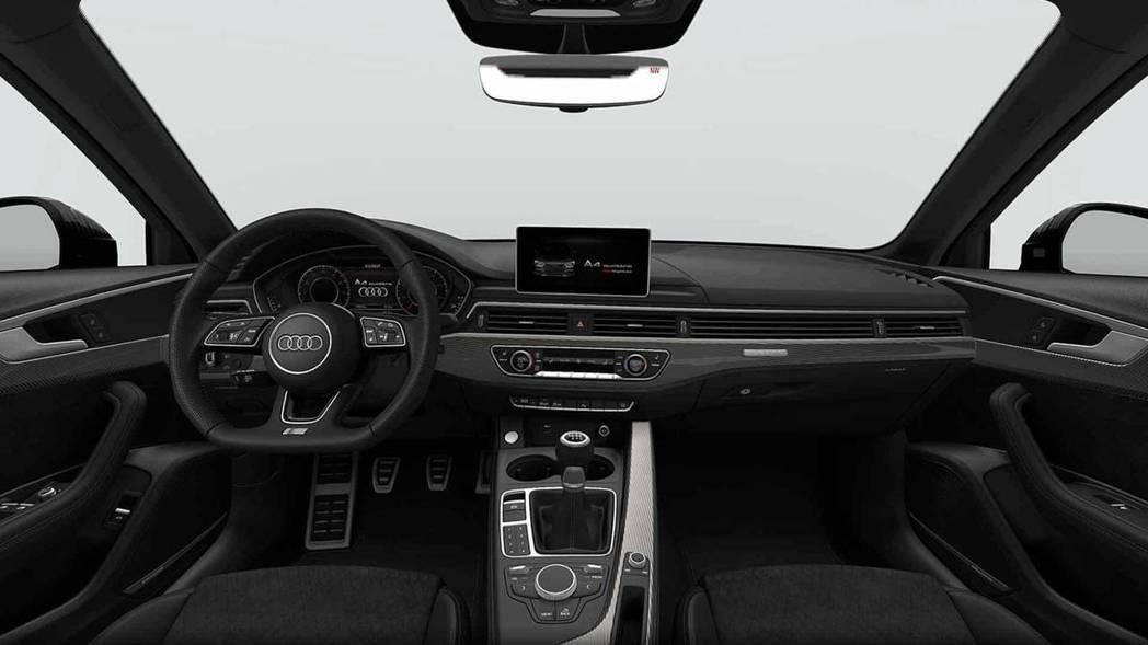 全車還升級Audi Sport RS碳纖維飾板和黑色車頂篷,戰鬥感十足。 摘自Audi