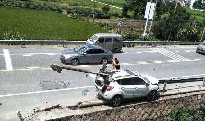 女駕駛玩抖音,下秒自撞護欄。圖擷自騰訊視頻