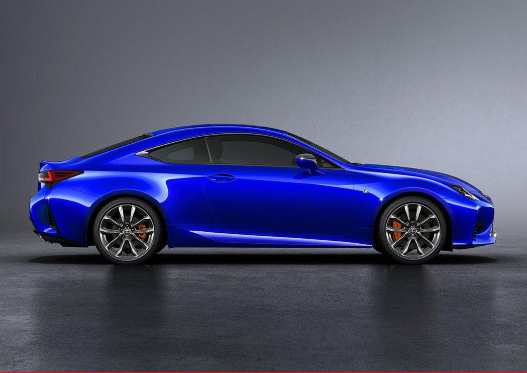 小改款RC車側線條沒有太多改變,但針對空氣動力有做加強改善。 摘自Lexus