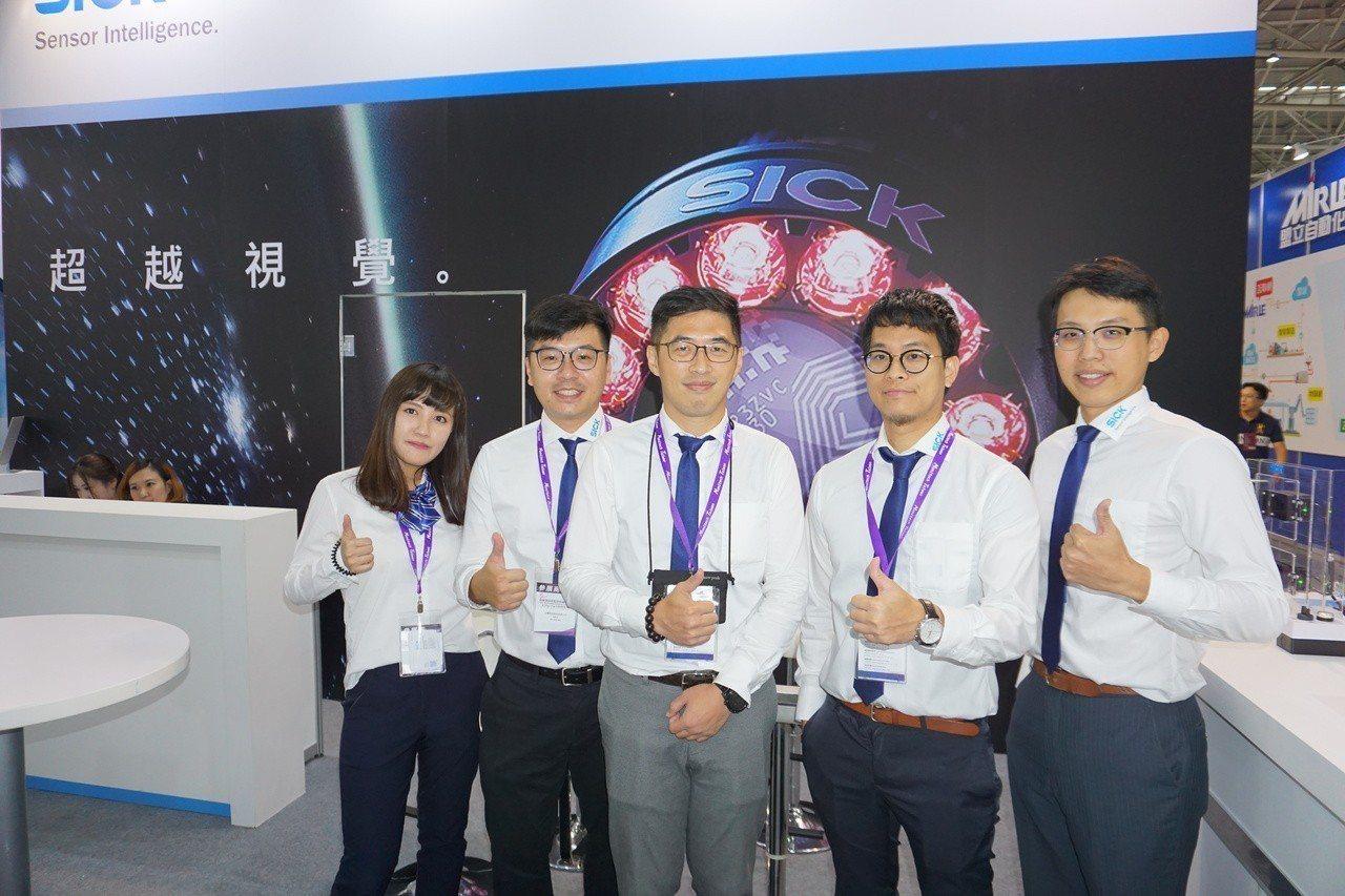 台灣西克產品經理朱啟懷(右二)與業務團隊合影。 金萊萊/攝影