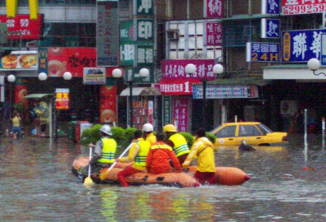 新莊嚴重積水,消防人員出動橡皮艇搶救受困民眾。 圖片來源/聯合報系