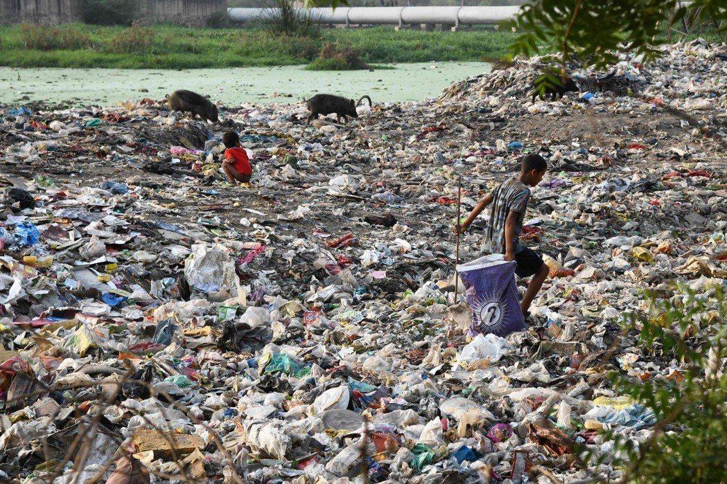 印度新德里為世界上汙染最嚴重的城市之一,貧民窟滿滿的垃圾呈現出對環境的汙染與人們...