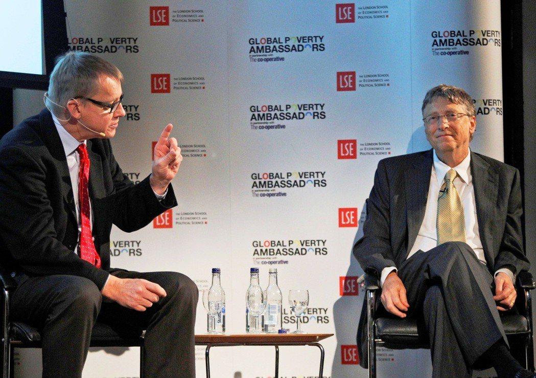 漢斯.羅斯林(左)與微軟公司董事長兼慈善家比爾蓋茲(右)對談。圖/美聯社
