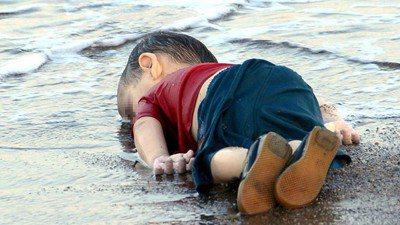 敘利亞時報總編輯撰文批評,歐洲人為亞藍溺死而難過「多麼虛偽」。圖/美聯社