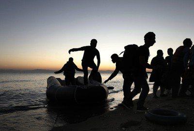 搭乘橡皮艇逃離家園的敘利亞難民。圖/歐新社