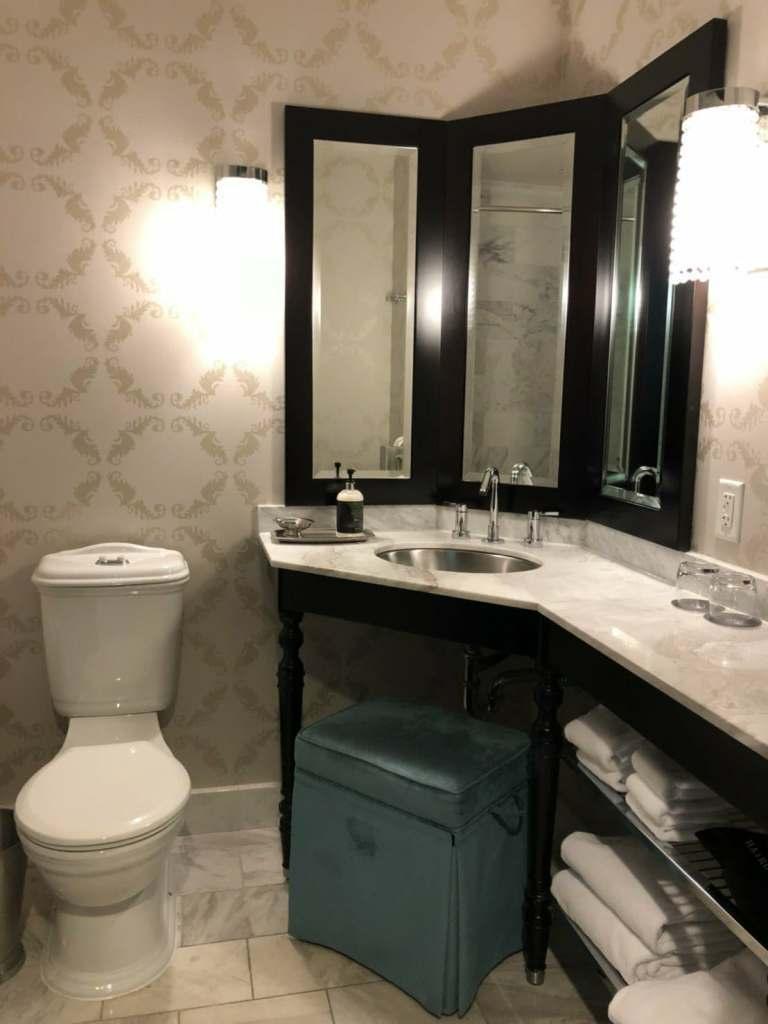 我覺得這個洗手台/梳妝台的設計,女士們應該都會蠻喜歡的,可以看到不同角度的自己,...