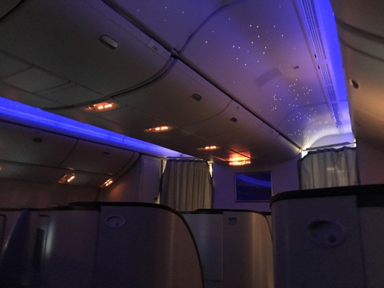 機艙上的星光燈飾,即使是早上的航班,也能讓乘客舒服入眠 圖文來自於:TripPl...