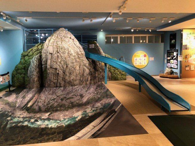 系魚川站內附設的 Geostation Geopal,有小朋友可以玩的小型攀岩和...