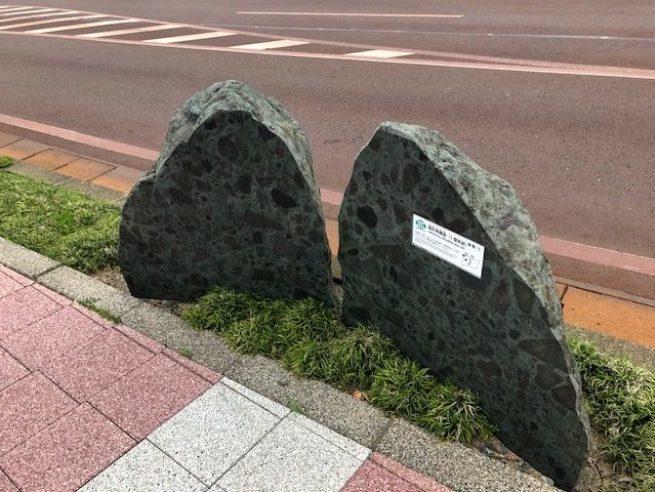 沿著站前大街設置的大石,查詢了才知道原來系魚川因為盛產高品質的石灰岩,被 UNE...