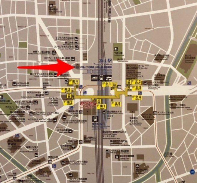 這是車站的地圖,可以看到比起只有兩個出口的輕井澤站、系魚川站,富山站大得多,車站...