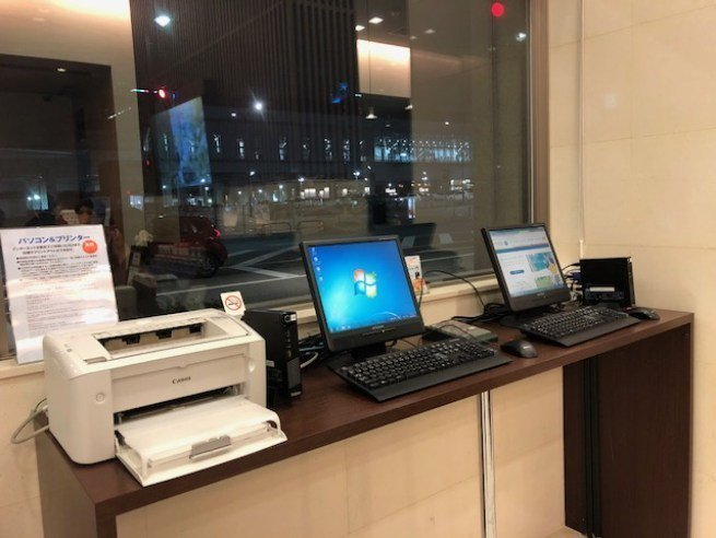 Check-In 大廳旁邊有兩台電腦和印表機,算是這間酒店的商務中心 (Busi...