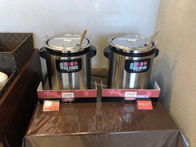 有兩種不同口味的熱湯,洋蔥湯雖然不是什麼高級精緻的法式洋蔥湯,但味道倒是很不錯 ...