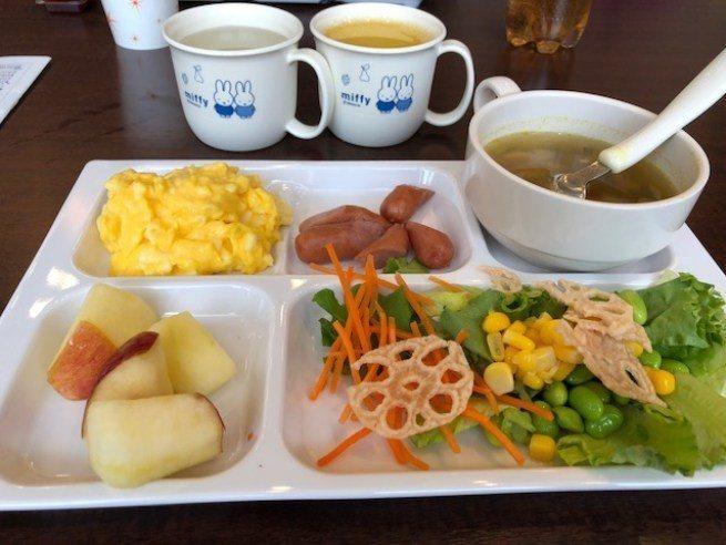 我的早餐拼盤,餐具都是可愛的米菲兔 圖文來自於:TripPlus