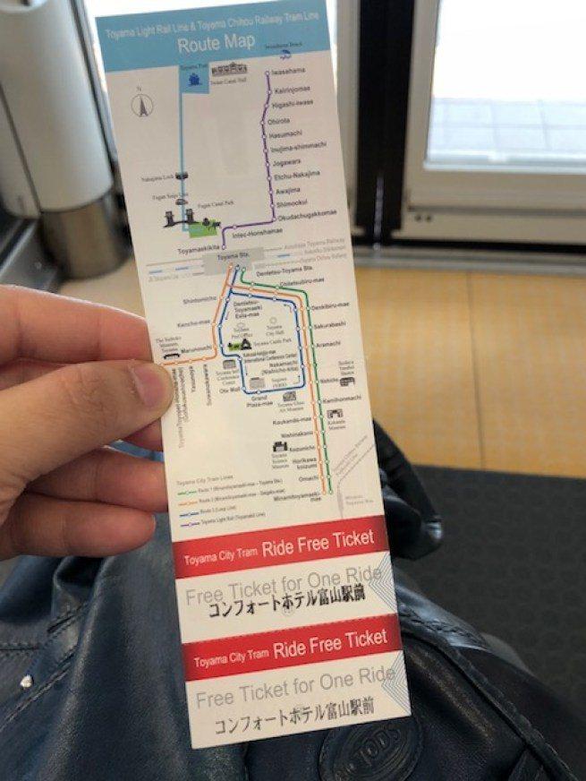 車票背面有輕軌電車路線圖,這幾條線都可以搭乘。我們利用了這張票,搭車到緊鄰富山灣...