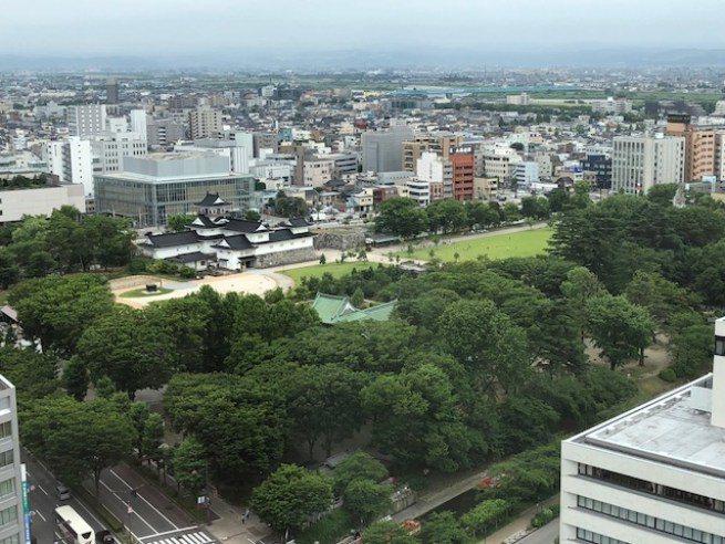富山市役所(也就是市政府)頂樓設有展望台,遊客可以免費登上展望台。由市役所頂樓眺...