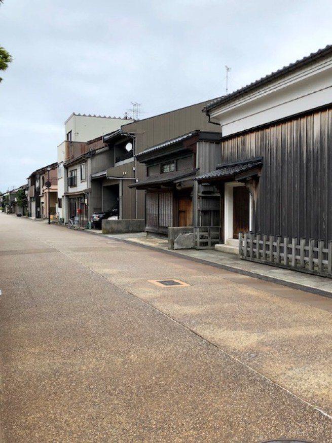 利用免費電車券,搭乘輕軌電車來到臨海的岩瀨小鎮,很多建築仍保有江戶時期的風貌 圖...