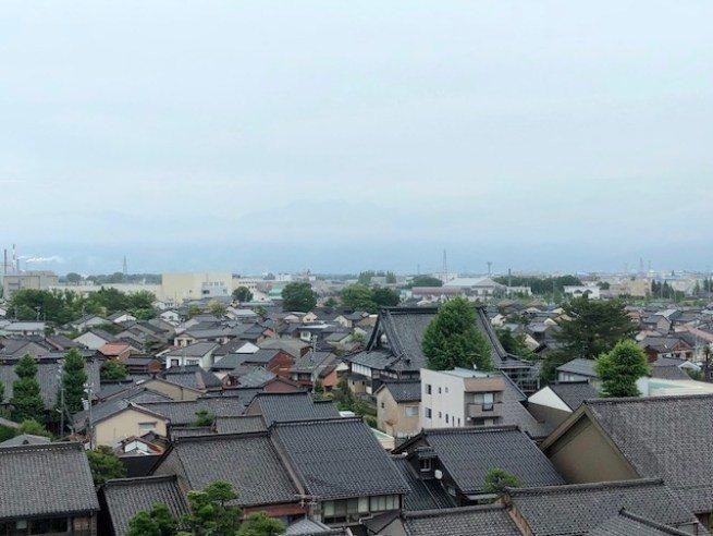 爬上岩瀨港展望台眺望富山市,遠方的立山群峰還是躲在雲層後 圖文來自於:TripP...