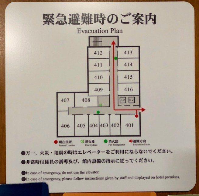 我們被安排在四樓轉角 401 房,房間寬度是同排隔壁幾間客房的兩倍長 圖文來自於...