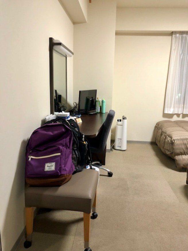 一打開門,可以看到真的是很小的房間,我平常為了寫體驗分享文,養成習慣把行李、背包...