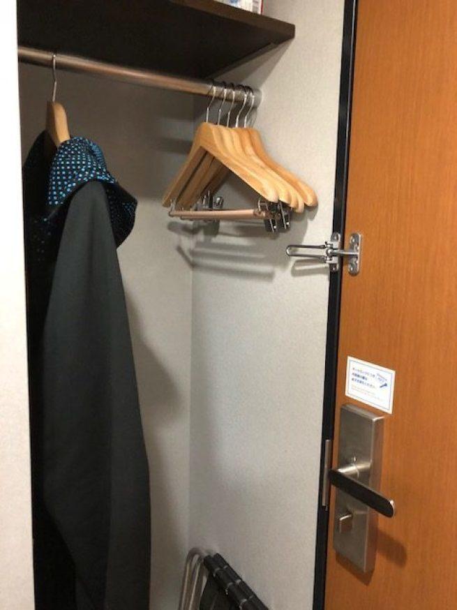 一進門的右手邊,有個很小掛衣物的空間 圖文來自於:TripPlus