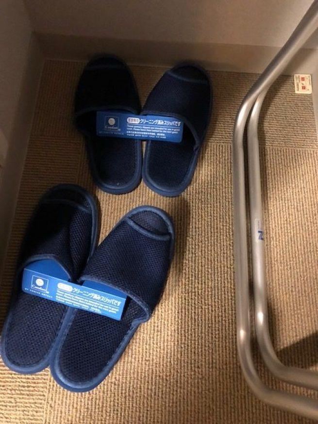 衣物架的下方備有拖鞋,這間酒店提供的拖鞋,並不是全新拋棄式的拖鞋,而是清潔消毒之...