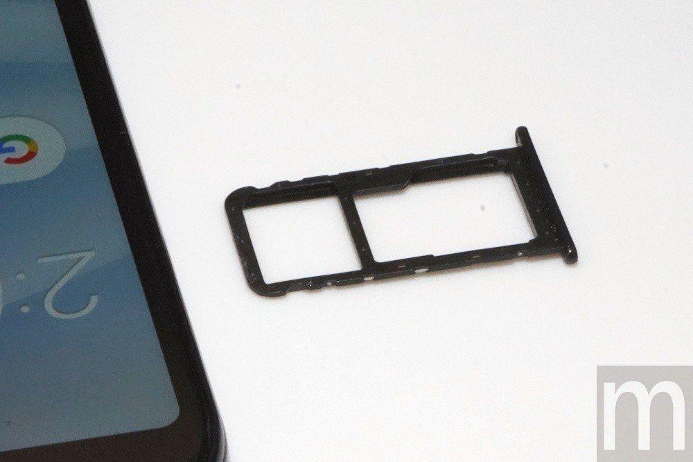 支援雙4G通訊雙卡雙待,但第二組卡槽維持與記憶卡共用