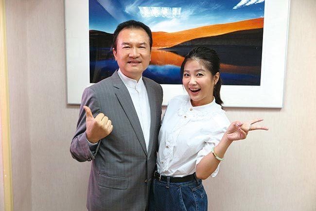 理財周刊發行人洪寶山(左)、藝人小Call(右)