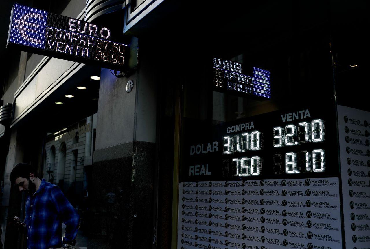 布宜諾斯艾利斯一處匯兌中心29日告示披索報價。美聯社