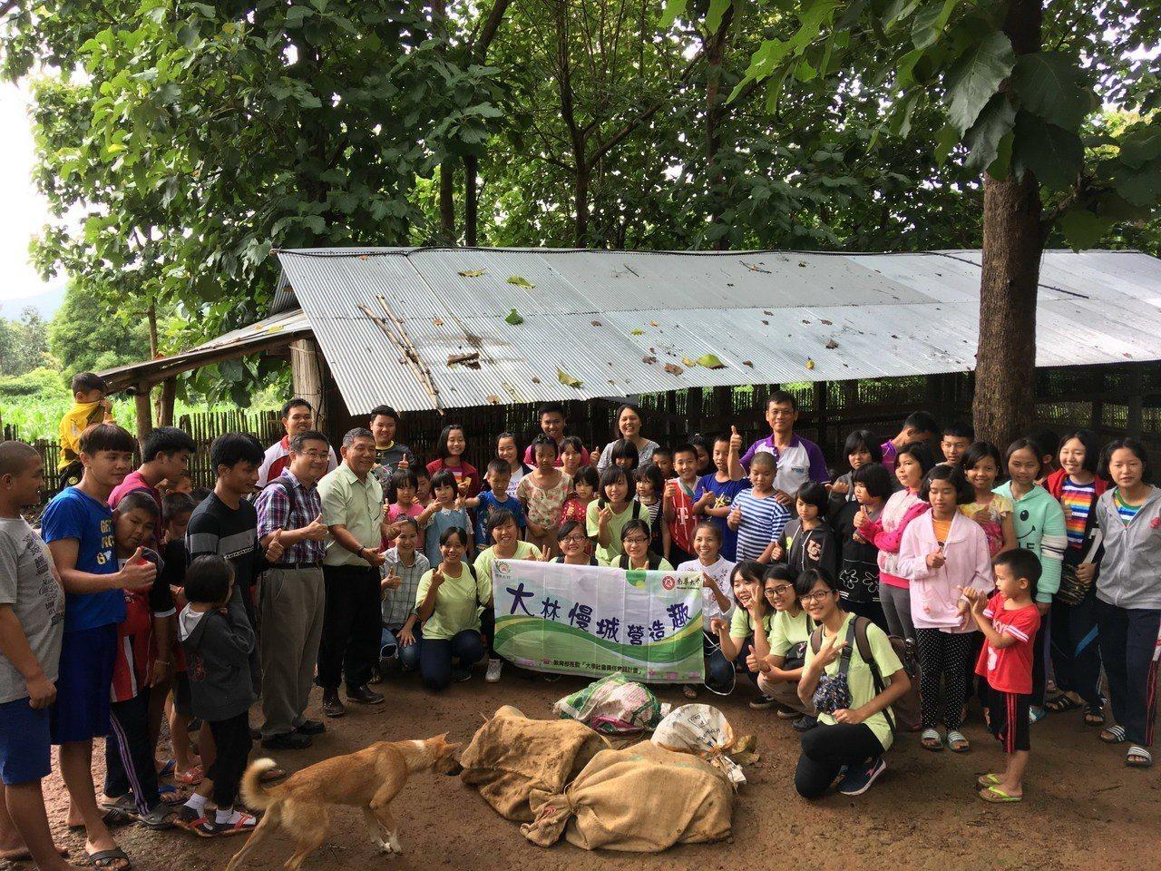 南華大學學生到泰北實習,捐贈野豬仔豬儀式。圖/南華大學提供