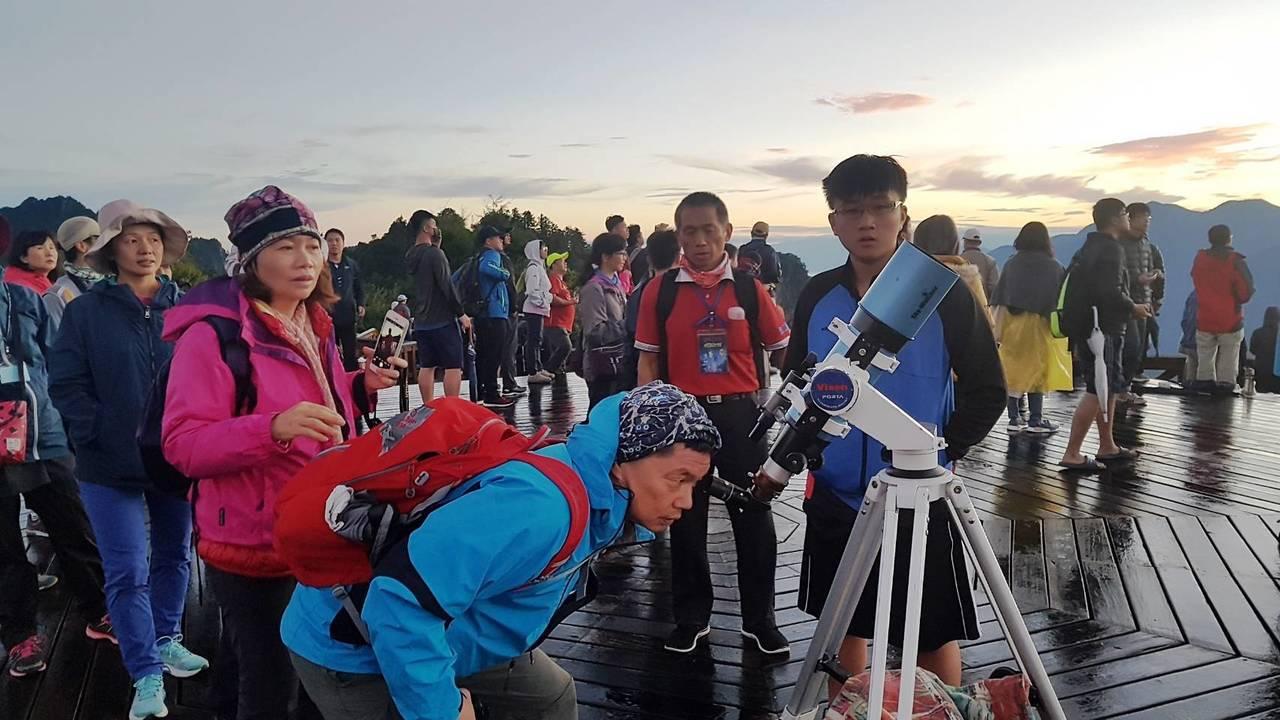 望遠鏡操作教學。圖/嘉義林區管理處提供