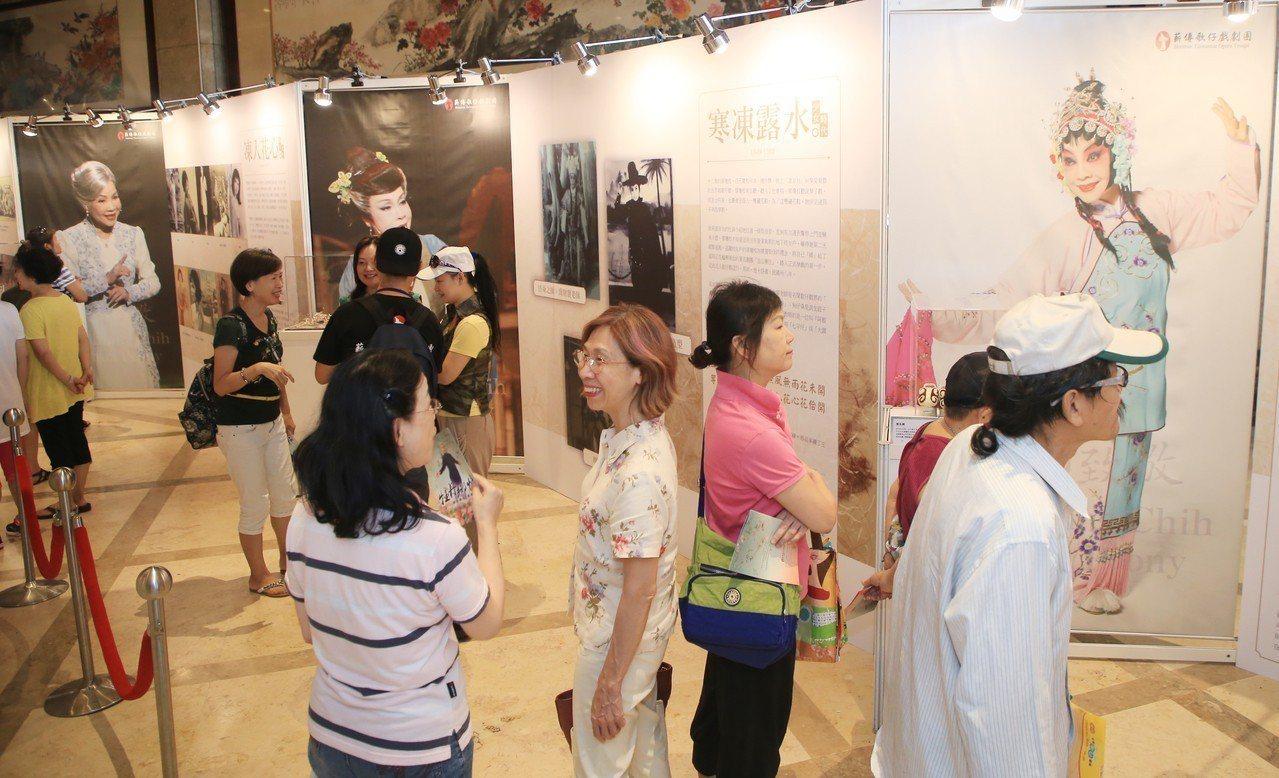 特展內容包括動態、靜態與教學活動,將展出廖瓊枝老師年輕時到封箱演出的珍貴照片、戲...