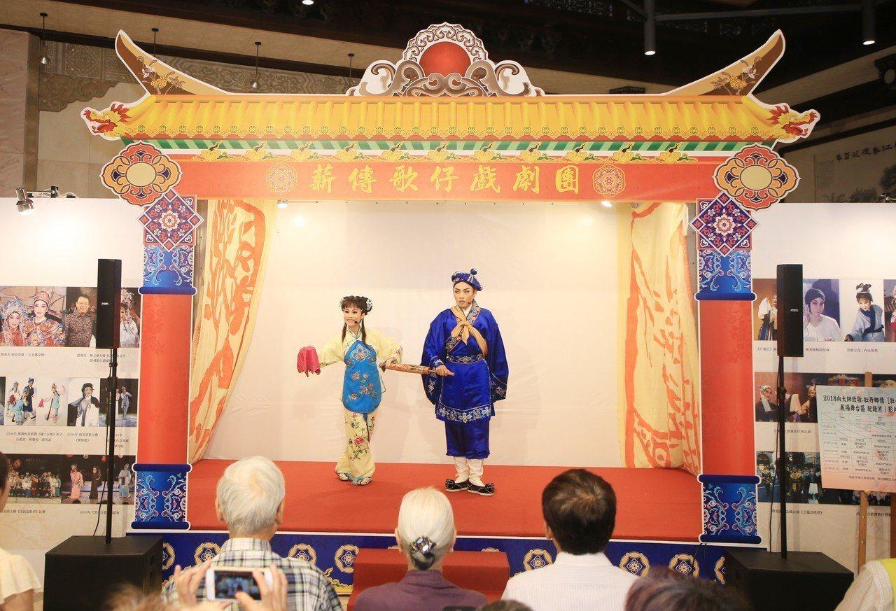 「風華牡丹特展-廖瓊枝的歌仔戲歲月」在廖瓊枝、林右昌親手敲鑼之下,於今宣告開展,...